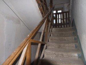 Фото: У Полтаві жителі двоповерхового будинку ледь не залишились без сходів