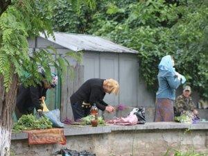 Фото: Полтавці й на Зелену неділю влаштували бізнес біля церков