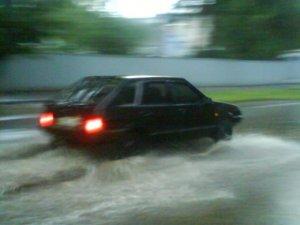 Фото: Я-Репортер. У Полтаві через зливу вулиці перетворились на водоймища