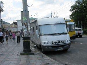 Фото: У центрі Полтави німці на півдня припаркувались прямо на автобусній зупинці