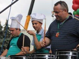 Фото: У Полтаві на День галушки мер та заступник губернатора грали на барабанах