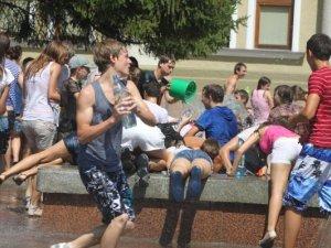 Фото: Полтавці масово обливались водою в центрі міста (фото)