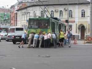 Фото: Я-Репортер. Полтавці штовхали тролейбус в центрі міста