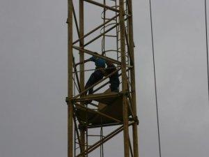 Фото: Полтавські альпіністи-рятувальники діставали з висоти кранівника, який знепритомнів у кабіні (фото)