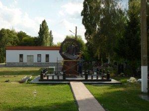 Фото: У Полтаві монтують пам'ятник на могилі мера