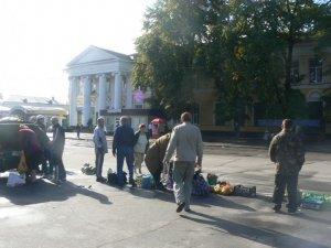 Фото: Полтавські продавці стихійних ринків щодня ризикують життям, торгуючи