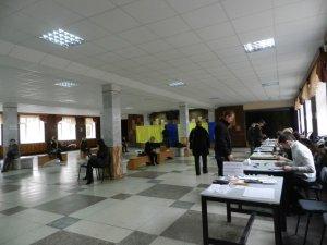 Фото: Полтавці не поспішають голосувати: репортаж з виборчих дільниць (фото)
