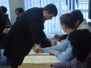 Фото: Як у Полтаві голосували кандидати у нардепи: Володимир Макар голосував один, але не за себе (фото)