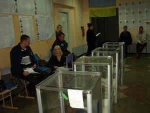 Під закриття виборчі дільниці Полтави пустували (фото)