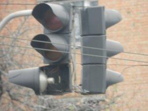 Фото: У Полтаві лампу світлофора розвернуло в інший бік (фото)