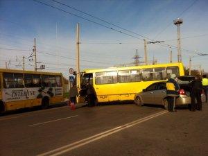 Фото: Я- Репортер. У Полтаві ДТП: легковик зіткнувся з автобусом (фото)