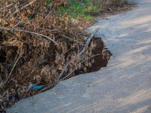 Фото: Я-Репортер. У Полтаві дорогою до дитячої поліклініки утворилось провалля