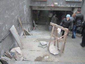 Фото: У Полтаві підземка в центрі міста стоїть без сходів (фотофакт)