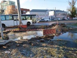 """Фото: У Полтаві так і не """"підлатали"""" водопровід на Маршала Бірюзова (фотофакт)"""