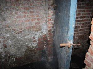 Фото: Через мороз у Полтаві заливає підвал багатоповерхівки (фото)