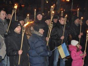 Фото: Полтавці влаштували смолоскипну ходу на честь Степана Бандери (фото+відео)