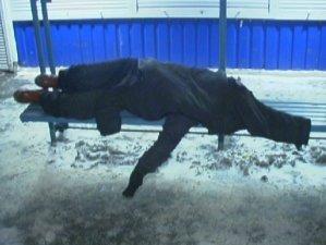 Фото: Перехожі врятували життя полтавця, що лежав на зупинці