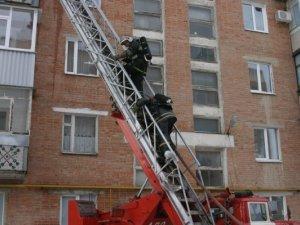 Фото: У Полтаві із вогню врятували кота, а з будинку евакуювали 18 осіб (фото)