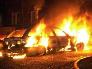 Фото: У Полтаві вночі біля житлового будинку спалахнув автомобіль