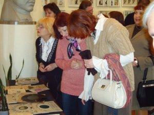 Фото: У Полтаві відкрили виставку старовинних еротичних листівок. Фотоогляд
