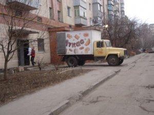 Фото: У Полтаві на Великотирнівській батьки бояться відпускати з будинку дітей через авто і ями (+фото)