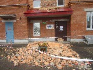 Фото: У Полтаві з багатоповерхівки впала брила цегли: можливий повторний обвал (фото)