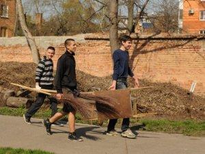 Фото: Цьогорічний всеукраїнський суботник охопив 14 точок у Полтаві