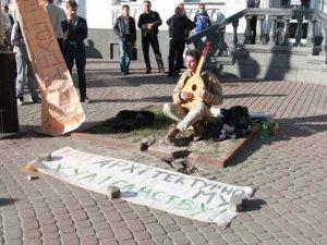 Фото: Полтавці протестували проти нового кафе посеред вулиці Жовтневої