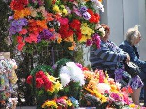 Фото: Ціни у Полтаві на квіти і вінки для поминального дня