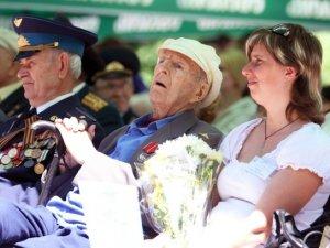 Фото: У Полтаві ветеранам влаштували концерт та пригостили кашею (фото)