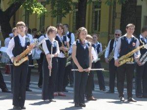 Фото: У Полтаві учасники марш-параду духових оркестрів озброїлись мітлами та переграли пісню Руслани