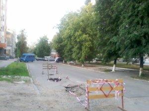 Фото: Асфальт в центрі Полтави й далі провалюється, але місце обгородили