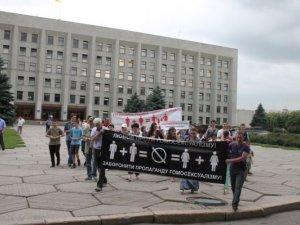 Фото: У Полтаві учасники мітингу проти гей-параду за свої переконання вистояли  зливу