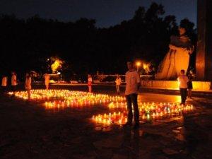 Фото: На День скорботи у Полтаві молодь запалила свічки пам'яті (+ фото)