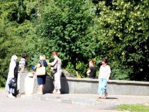 Фото: У Полтаві на Трійцю біля храмів поріділи ряди «бізнесменів»
