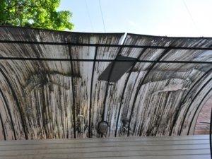 Фото: Цегла, обсипаючись на будинку у Полтаві, розбила навіс магазину. Фотофакт