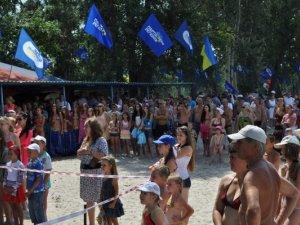 Фото: Депутати частували полтавців юшкою на пляжі (+ фото)