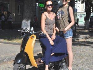 Фото: Дівчата їздили центром Полтави на ретро-скутері