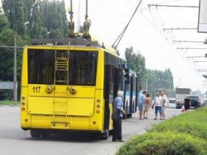 Фото: У Полтаві через поломку на зупинці зупинився рух тролейбусів. Фотофакт