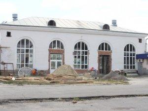 Фото: У Полтаві на території залізничного вокзалу ведеться ремонт. Фотофакт