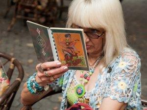 Фото: Близько ста полтавців читали книги посеред Жовтневої