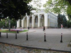 Театральну площу в Полтаві загородили металевими стовпчиками (фотофакт)