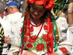 Фото: День Незалежності у Сорочинцях: багато відвідувачів одягли національне вбрання (фото)