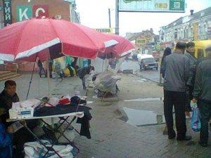 Фото: Кмітливі полтавські продавці окупували тротуар і зупинку (фотофакт)
