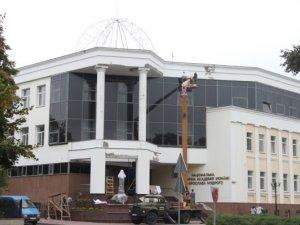 Фото: Будівлю полтавської юракадемії  сьогодні готували  до Дня Знань (фотофакт)