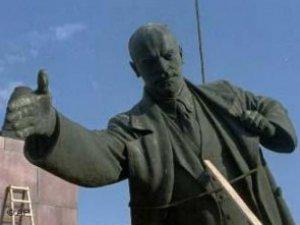 Фото: Через зруйнований на Полтавщині пам'ятник Леніну нардепи запізнилися у Верховну Раду