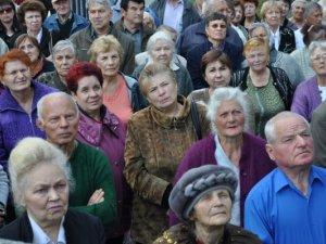 Фото: Полтавці перекрили вулицю Світанкову і мітингують під воротами мера Полтави