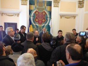 Фото: Нардеп Каплін проголошував промову на плечах мітингувальників (фото)