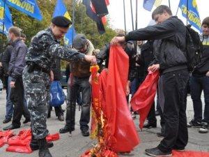 Фото: Фоторепортаж. У Полтаві комсомольці славили Леніна, а націоналісти палили прапор