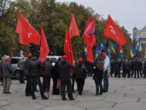 Фото: Відео: Як у Полтаві комуністи та свободівці мітингували через річницю комсомолу